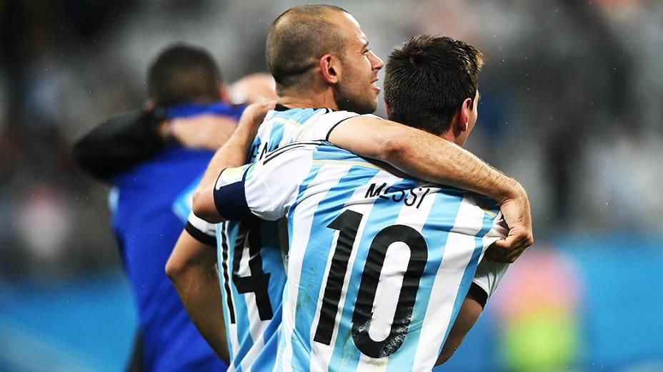Messi comemora com Mascherano a classificação da Argentina para a final da Copa do Mundo, no Itaquerão em São Paulo