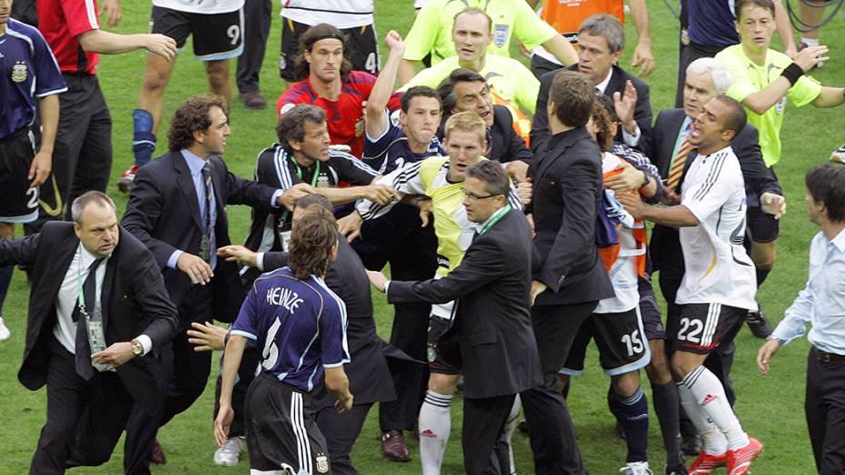 Argentina e Alemanha entram em confronto após partida das quartas de final da Copa do Mundo em 2006, no Estádio Olímpico de Berlim, Alemanha