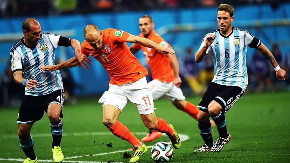 O holandês Robben é marcado por dois jogadores da Argentina no Itaquerão, em São Paulo