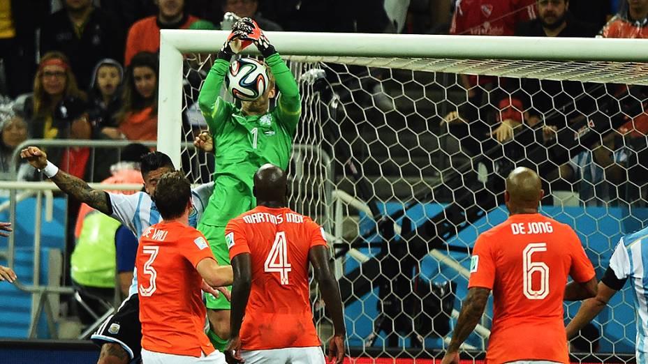 O goleiro Cillessen, da Holanda, defende a bola no jogo contra a Argentina no Itaquerão, em São Paulo