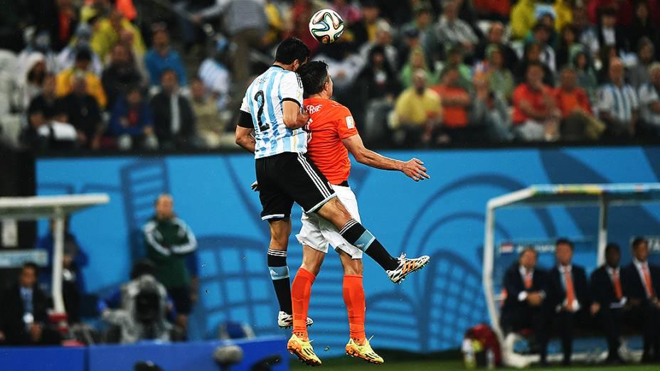 Jogadores disputam a bola de cabeça no jogo entre Holanda e Argentina no Itaquerão, em São Paulo