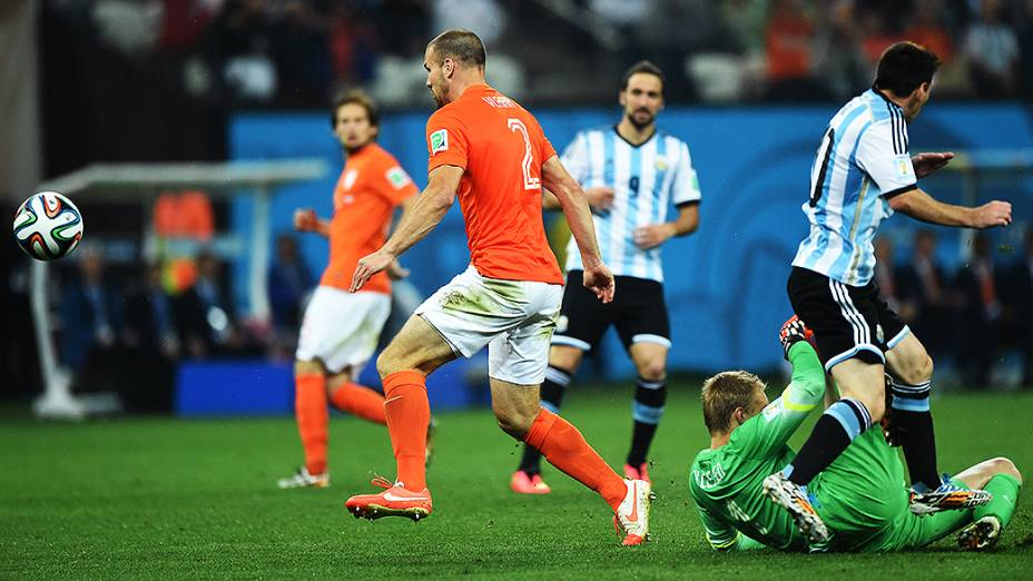 O zagueiro Ron Vlaar, da Holanda, afasta a bola no jogo contra a Argentina no Itaquerão, em São Paulo