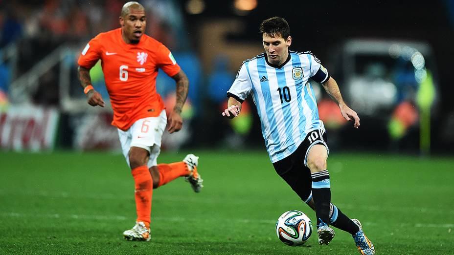 Messi conduz a bola no jogo contra a Holanda no Itaquerão, em São Paulo