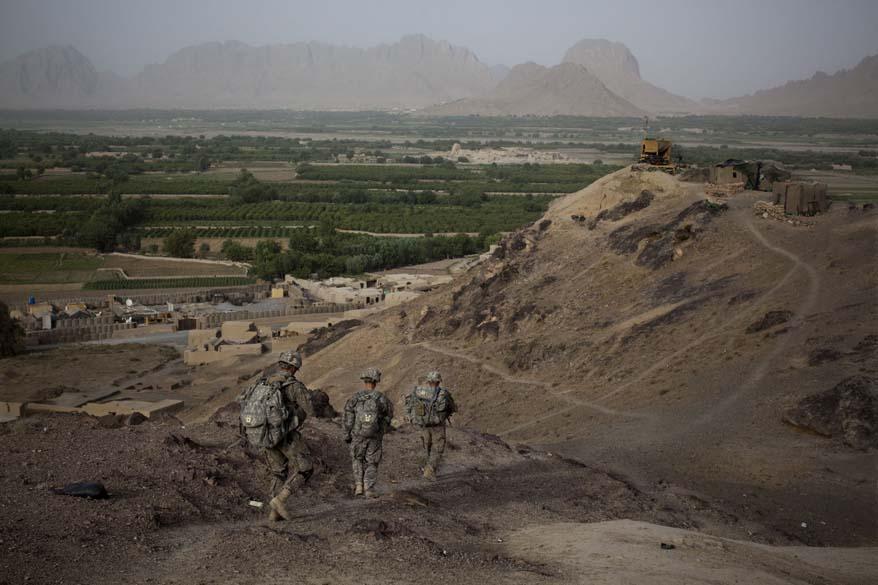 Soldados retornam de posto de observação em Kuhak