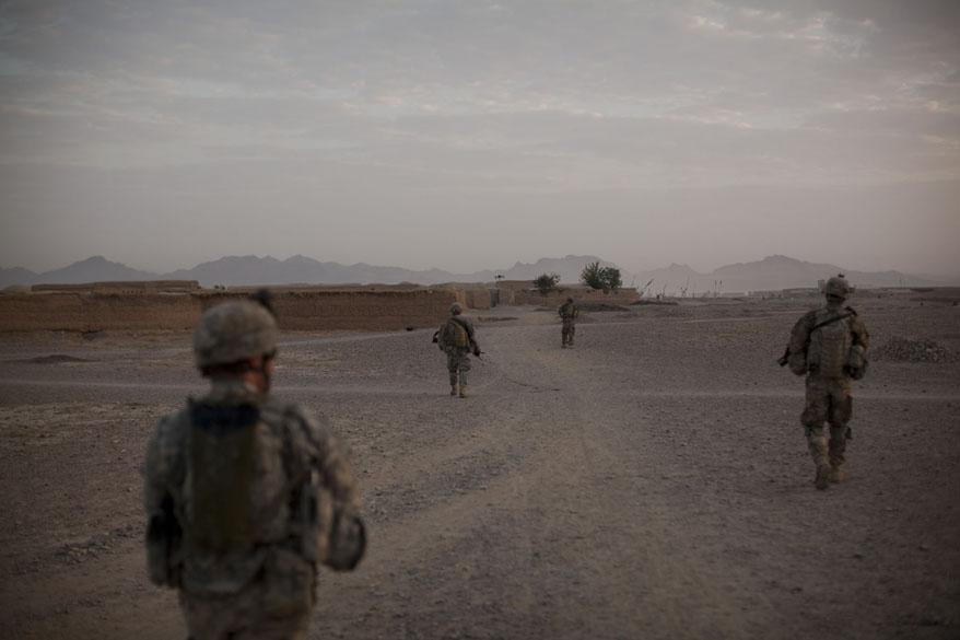 No final do dia, soldados caminham em Arghandab