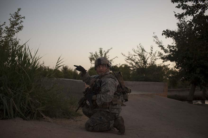 Durante patrulha, soldado faz sinal para indicar suspeita nos arreadores de Arghandab