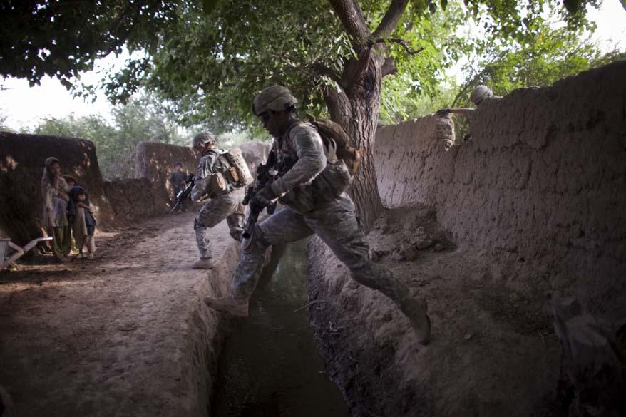Durante patrulha em Arghandab, soldados pulam sobre vala de irrigação