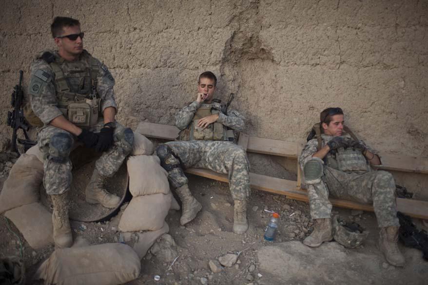 Soldados descansam durante patrulha na vila de Kuhak