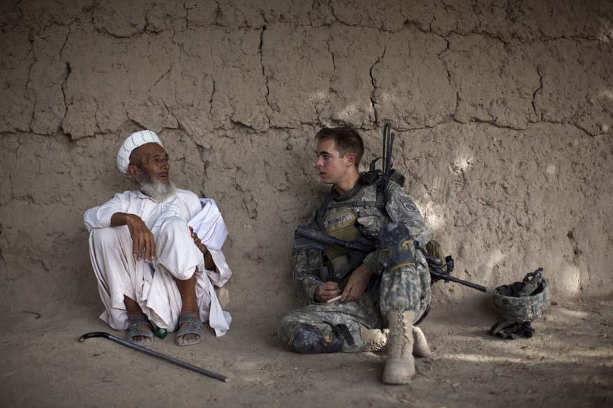Soldado americano conversa com afegão