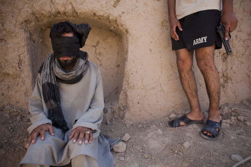 Soldado americano e um suspeito talibã