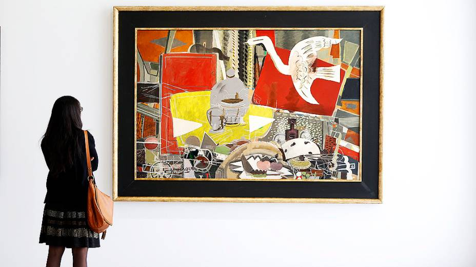 """Visitante olha para a pintura """"Atelier VIII"""" (1954-1955), do pintor francês Georges Braque (1882-1963), durante  exposição no Museu do Grand Palais em Paris"""