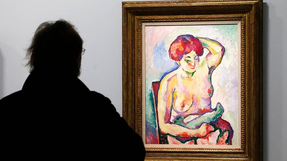 """Visitante olha para a pintura """"Nu assis"""" (nu assentada, 1907), do pintor francês Georges Braque (1882-1963), durante exposição no Museu do Grand Palais em Paris"""