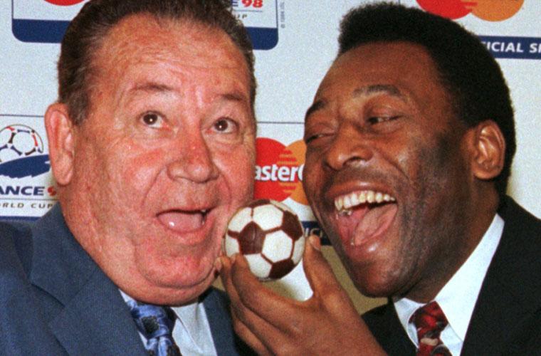 Pelé com o francês Just Fontaine, o maior artilheiro em uma só Copa: em 1958, fez 13 gols