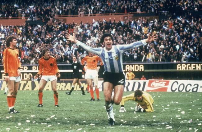 Mario Kempes, da Argentina, comemora seu gol na final da Copa de 1978, no seu país, contra a Holanda: ele marcou seis vezes.