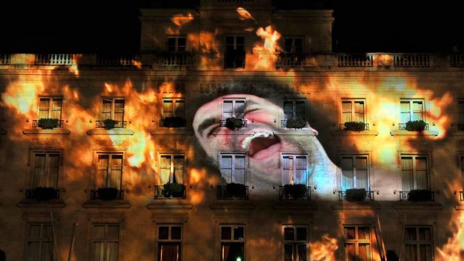 """Imagem do artista italiano Pippo Delbono é projetada em prédio durante ensaio para o festival de arte contemporânea """"Evento 2011"""" em Bordeaux, França"""