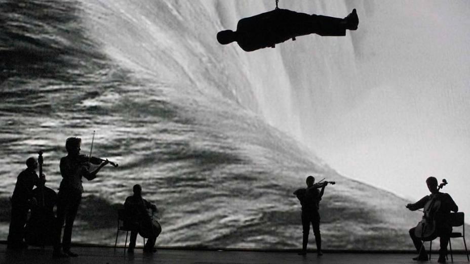 """Apresentação de """"Survivor"""", uma peça do teatro Barbican, em Londres"""