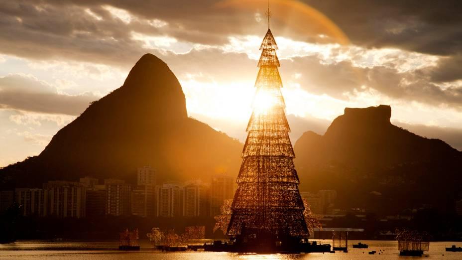 Desde o final de novembro, a maior árvore de Natal flutuante do mundo decora a paisagem a Lagoa Rodrigo de Freitas, na Zona Sul do Rio de Janeiro