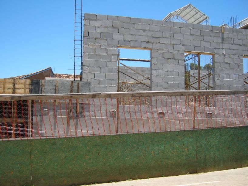 As estruturas de pau a pique foram substituídas por outras mais resistentes. Onde antes funcionava a escola, agora está sendo construída uma biblioteca