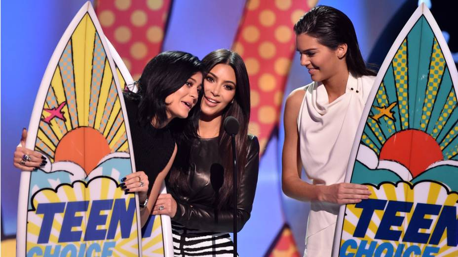 As irmãs Kylie Jenner, Kim Kardashian e Kendall Jenner aceitam prêmio de melhor reality show no Teen Choice Awards 2014