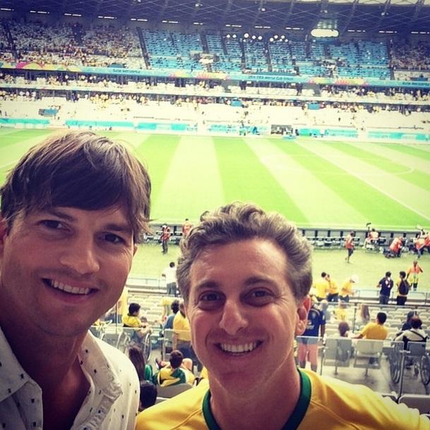 Ashton Kutcher e Luciano Huck fazem selfie no Mineirão