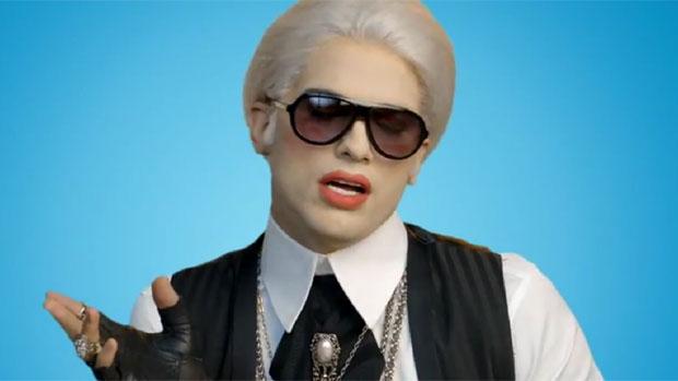Ashton Kutcher parodia o estilista Karl Lagerfeld em comercial