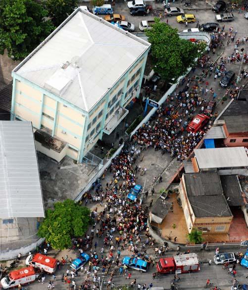 Multidão em frente a Escola Municipal Tasso da Silveira no bairro Realengo, Rio de Janeiro