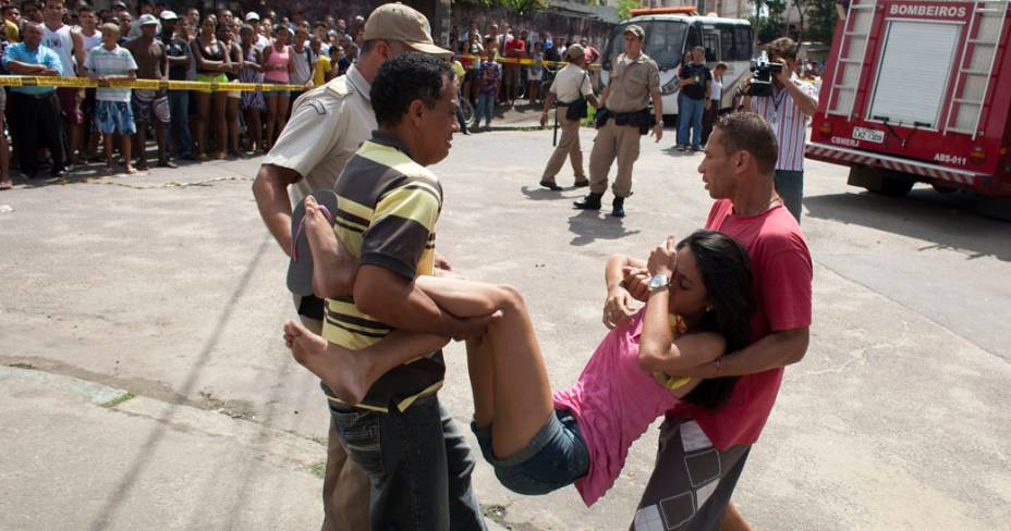 Mulher desmaia em frente a Escola Municipal Tasso da Silveira no bairro Realengo, Rio de Janeiro