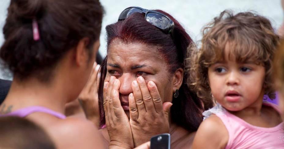 Desespero na fachada da Escola Municipal Tasso da Silveira no bairro Realengo, Rio de Janeiro