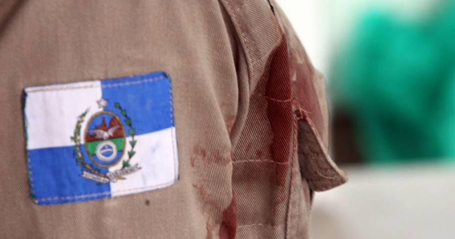 Farda de um bombeiro suja de sangue em frente ao Hospital Albert Schweitzer, em Realengo, na zona oeste do Rio de Janeiro