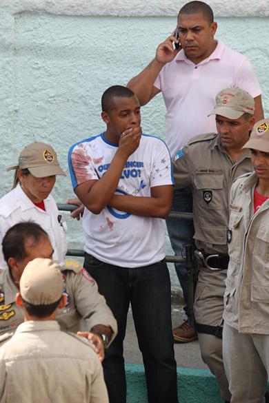 Bombeiro que auxiliou no socorro às vítimas do massacre na Escola Municipal Tasso da Silveira, no bairro Realengo, Rio de Janeiro