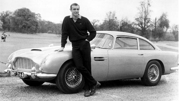 Sean Connery com o Aston Martin de James Bond