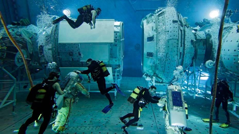 Astronautas participam de treinamento no Centro de Cosmonautas  em Moscou, na Rússia. Os treinos debaixo d'água simulam as condições no espaço