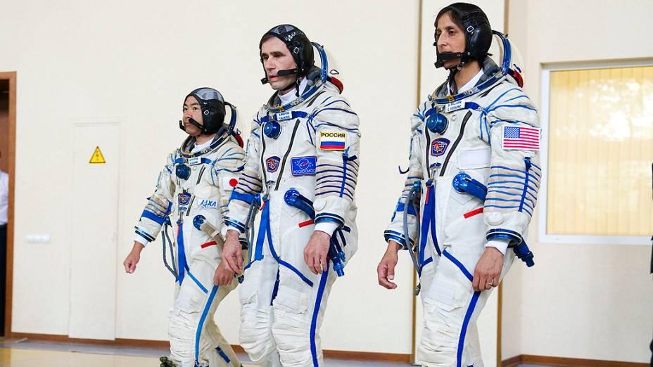 O cosmonauta russo Yuri Malenchenko (centro), a astronauta norte-americana Sunita Williams e seu colega japonês Akihiko Hoshide se preparam para os últimos testes antes da expedição à Estação Espacial Internacional (ISS) na Cidade das Estrelas, na Rússia