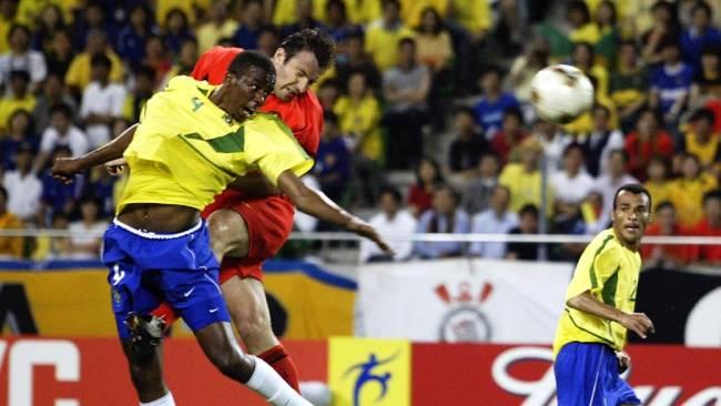 Atacante da Bélgica Mark Wilmots tem gol anulado contra o Brasil na Copa do Mundo de 2002