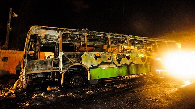 Novos ataques atingiram ônibus no bairro dos Ingleses, em Florianópolis. Três menores ordenaram que todos descessem do veículo e atearam fogo