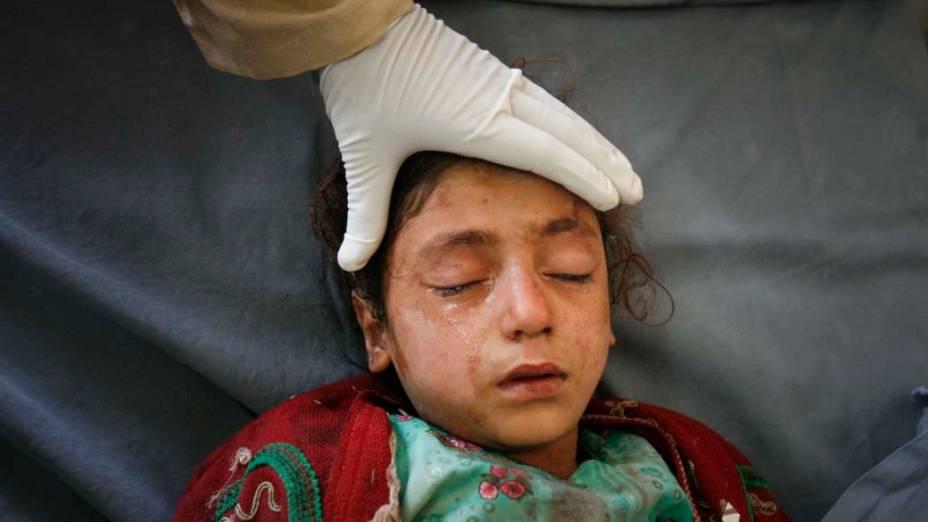Garota é atendida por médicos após ser vítima de um atentado suicida na cidade de Peshawar, quando um carro bomba explodiu e matou ao menos 9 pessoas. Em 3 anos e meio já ocorreram cerca de 450 atentados desse tipo no Paquistão