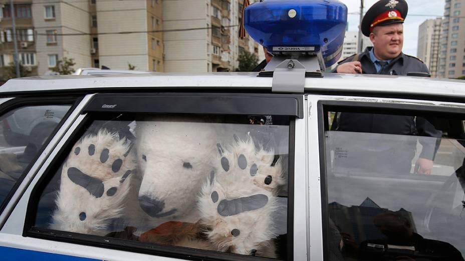 Polícia prende ativista do Greenpeace que protestava em Moscou contra os planos da Gazprom de explorar petróleo no Ártico