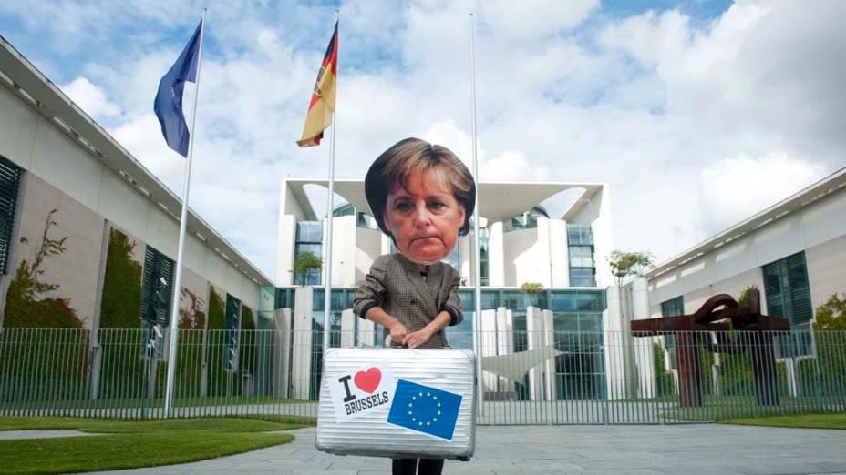 Em Berlim, ativista vestido como a chanceler alemã Angela Merkel durante manifestação contra o imposto sobre transações financeiras