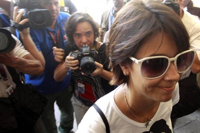 ativista-sininho-e-cercada-por-jornalistas-na-chegada-a-17-dp-no-rio-original.jpeg