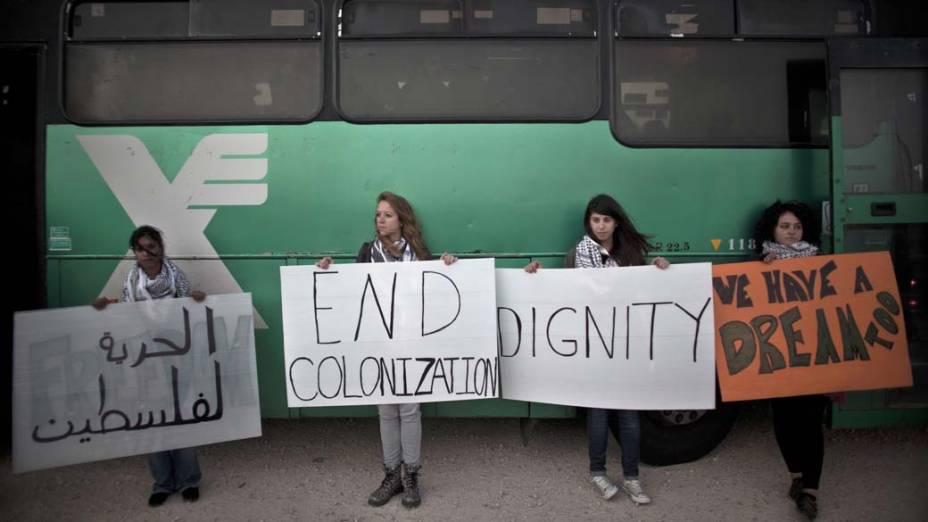 Ativistas pró-palestina durante protesto próximo ao assentamento judaico de Psagot, em Ramallah, Cisjordânia