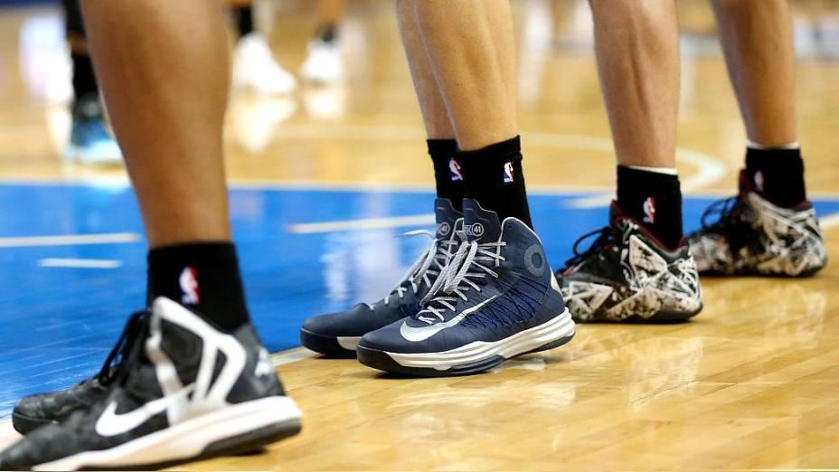 Na partida entre San Antonio Spurs e Dallas Mavericks, atletas usaram meias pretas em apoio aos colegas dos Clippers