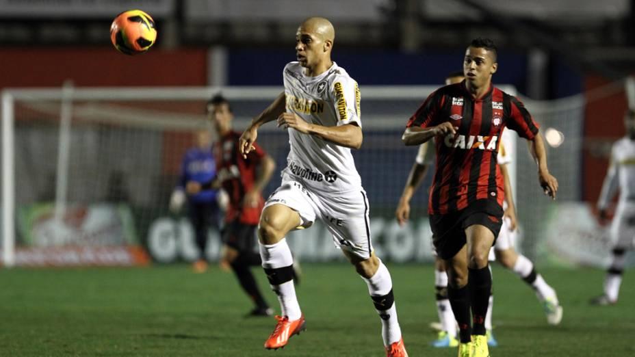 Doria e Ederson durante partida entre Atlético PR X Botafogo