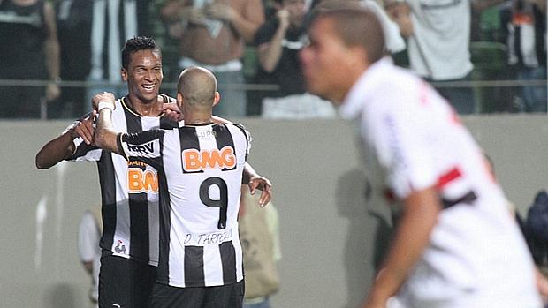 Jô e Diego Tardelli comemoram pelo Atlético-MG, que goleou e eliminou o São Paulo da Libertadores 2013