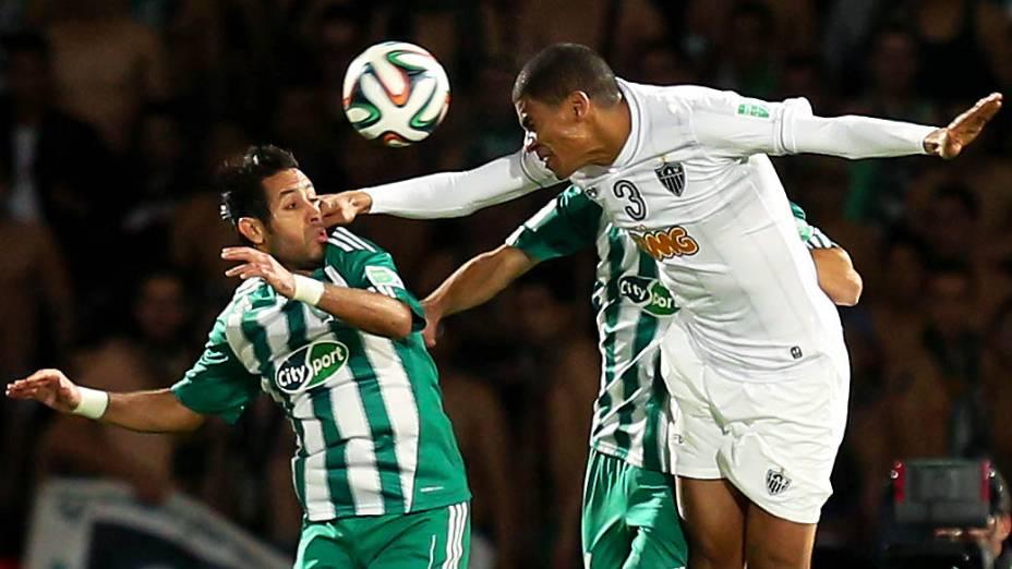 Leonardo Silva disputa a bola com jogadores do Raja Casablanca
