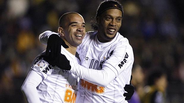 Diego Tardelli abraça Ronaldinho Gaúcho após gol do Atlético-MG contra o Strongest