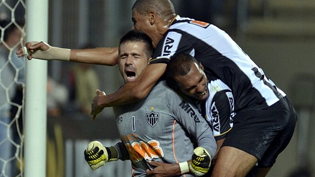 Jogadores abraçam Victor após defesa que garantiu a classificação do Atlético