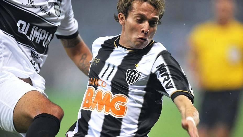 Bernard durante partida entre Atlético MG e Olimpia, válida pela final da Libertadores 2013, no Estádio do Mineirão, em Belo Horizonte