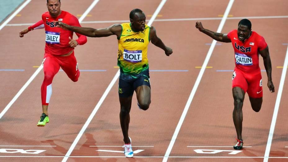 Usain Bolt cruza a linha de chegada e vence a final dos 100m nas Olimpíadas de Londres, em 05/08/2012
