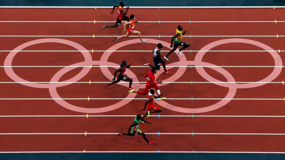 Momento em que Usain Bolt assume a liderança da bateria das semi-finais dos 100m nas Olimpíadas de Londres, em 05/08/2012