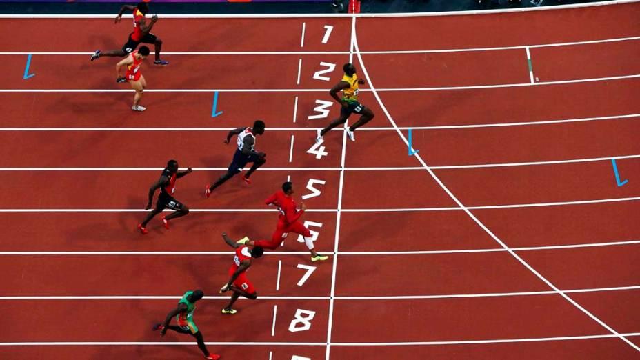 Momento em que Usain Bolt cruza a linha de chegada durante bateria das semi-finais dos 100m nas Olimpíadas de Londres, em 05/08/2012